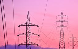 Telegrafíe las líneas y las torres de la alta tensión, imagen coloreada imágenes de archivo libres de regalías