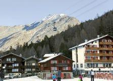 Telegrafíe los remontes en el fondo de la estación de esquí más popular de la Saas-tarifa Fotografía de archivo libre de regalías