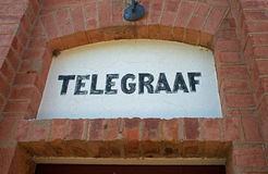TELEGRAFVÄGVISARE OVANFÖR FORTDÖRR Arkivfoton