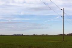 Telegraphenmast in der Herbstlandschaft Lizenzfreie Stockbilder