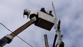 Telehandler的电子工作者与安装高压导线的桶 影视素材