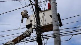 Telehandler的电子工作者与安装高压导线的桶 股票视频
