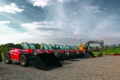 Telehandler und Löffelbagger, die geparkt werden und bereiten vor Lizenzfreies Stockfoto