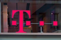 Кёльн, северная Рейн-Вестфалия/Германия - 17 10 18: telekom подписывает внутри кёльн Германию стоковые изображения
