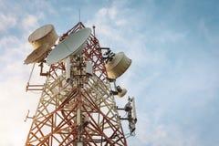 Telekomar som bygger tornet på afton Royaltyfri Fotografi