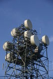 Telekommunikation bemastet mit Antennen und Tellern lizenzfreies stockfoto