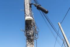 Telekommunikation, die in schlechter Zustand verdrahtet stockbild