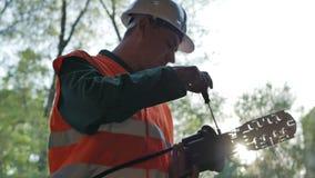Telekommunikation führt das Arbeiten mit optischer Koppelung aus stock footage