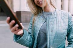 Telekommunikation im wirklichen Leben Mädchen mit Gerät lizenzfreie stockfotos