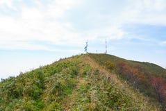 Telekommunikation ragt auf die Oberseite des Berges hoch lizenzfreies stockfoto