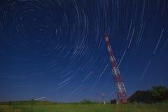 Telekommunikation ragt auf einem Gebiet hoch und spielt Spur die Hauptrolle Lizenzfreie Stockfotografie