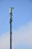 Telekommunikation ragt für das Getriebe von Radiowellen hoch Stockbilder