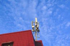Telekommunikation ragt gegen blauen Fr?hlingshimmel und -wolken hoch stockfotos