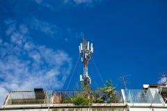 Telekommunikation ragt hoch,/Antennen auf alter Stadt/residenti lizenzfreies stockbild