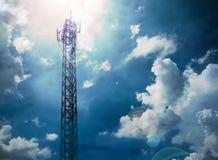 Telekommunikation ragt mit blauem Himmel hoch und bewölkt Himmel, Raincloud stockfotos