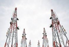 Telekommunikation ragt mit Fernsehantennen und -Satellitenschüssel auf dem klaren Himmel hoch, Schwarzweiss lizenzfreies stockfoto