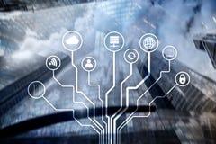 Telekommunikation und IOT-Konzept auf unscharfem Geschäftszentrumhintergrund Lizenzfreie Stockfotos