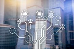 Telekommunikation und IOT-Konzept auf unscharfem Geschäftszentrumhintergrund Stockbilder