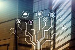 Telekommunikation und IOT-Konzept auf unscharfem Geschäftszentrumhintergrund stockfoto