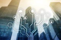 Telekommunikation und IOT-Konzept auf unscharfem Geschäftszentrumhintergrund lizenzfreie stockfotografie