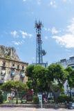 Telekommunikation und Telefonieantenne auf einem Spielplatz in Sici lizenzfreie stockfotografie