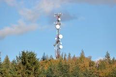 Telekommunikation und Telekommunikations-Turm lizenzfreies stockbild