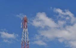 Telekommunikationantenn på bakgrund för blå himmel Arkivfoton