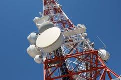 Telekommunikationar står hög royaltyfria foton