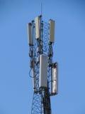 Telekommunikationar står hög. Mobilen ringer baserar posterar. Arkivbild