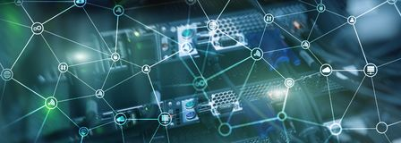Telekommunikationbegreppet med den abstrakta nätverksstrukturen och serveren hyr rum bakgrund arkivbilder