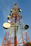 Telekommunikationen står hög med antenner Royaltyfri Foto