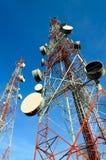 Telekommunikationen står hög med blåttskyen Arkivbild