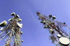 Telekommunikationen står hög med blåttskyen Royaltyfri Bild