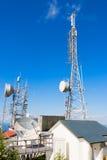 Telekommunikationen står högt i berg Royaltyfria Bilder