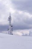 Telekommunikationer står högt överst av ett berg i Florina, Grekland, i vinter Arkivfoto