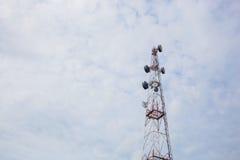 Telekommunikations-Radioantenne und Satelitte ragen mit einem Sonnenlicht hoch Stockbilder