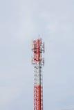 Telekommunikations-Radioantenne und Satelitte ragen mit einem sunlig hoch Lizenzfreies Stockbild