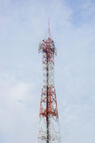 Telekommunikations-Radioantenne und Satelitte ragen mit einem sunlig hoch Stockfoto