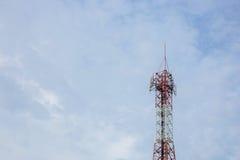 Telekommunikations-Radioantenne und Satelitte ragen mit einem sunlig hoch Stockbilder