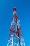 Telekommunikations-Radioantennen-und Satelliten-Turm Stockfotos