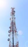 Telekommunikationsbeitrag auf blauem Himmel Lizenzfreies Stockfoto