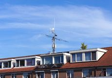Telekommunikationsgerät auf einer Dachspitze stockfoto