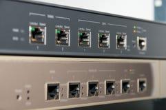 Telekommunikationsgestell mit Router und Brandmauer Stockbilder