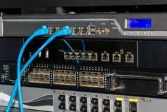 Telekommunikationsgestell mit Schaltern und Brandmauern Stockbilder