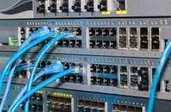 Telekommunikationsgestell mit Schaltern und Verbindungskabeln Stockbilder