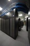 Telekommunikationsgestelle im Serverraum lizenzfreies stockbild