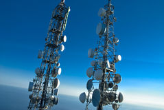 Telekommunikationskontrolltürme Lizenzfreie Stockfotos