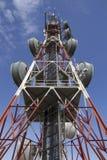 Telekommunikationskontrollturm gegen blauen Himmel Stockbilder
