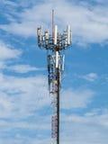 Telekommunikationskontrollturm im blauen Himmel Stockfoto