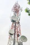 Telekommunikationskontrollturm mit Antennen Lizenzfreies Stockfoto